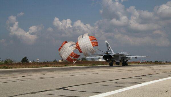 Российский самолет садится на авиабазе Хмеймим, Сирия, после выполнения боевого задания. Архивное фото