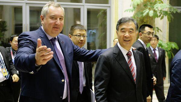 Заместитель председателя правительства РФ Дмитрий Рогозин (слева) и заместитель премьера Государственного совета КНР Ван Ян открыли российско-китайское Экспо в Харбине