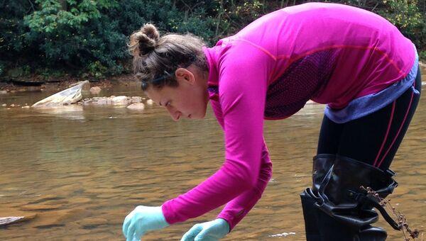 Эколог Мэган О'Коннор собирает пробы воды на северо-востоке Пенсильвании