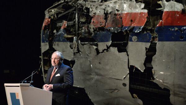 Председатель Совета безопасности Нидерландов Тьиббе Йустра представляет доклад об обстоятельствах гибели лайнера Boeing 777 Malaysia Airlines