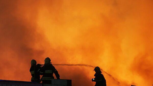 Сотрудники МЧС ликвидируют пожар. Архивное фото