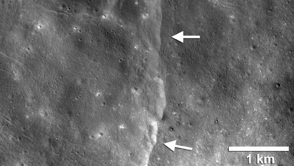 Трещины на Луне, порожденные притяжением Земли