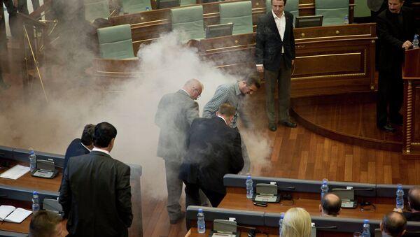 Баллончик со слезоточивым газом, брошенный во время сессии парламента в Косово. Архивное фото