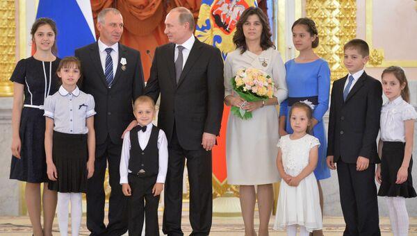 Президент РФ В. Путин вручил ордена Родительская слава многодетным родителям