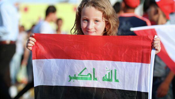 Девочка с национальном флагом Ирака. Архивное фото