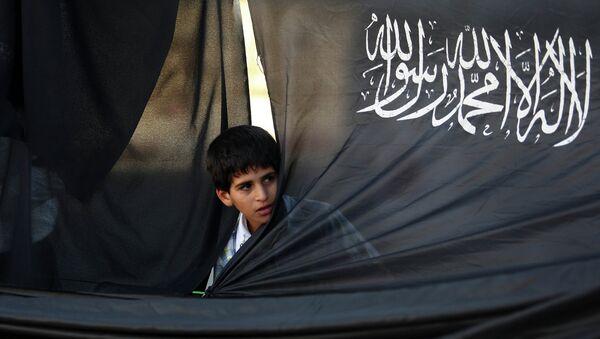 Палестинский мальчик на фоне флага партии Партии исламского освобождения (Хизб ут-Тахрир). Архивное фото