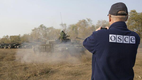 Наблюдатель ОБСЕ фиксирует отвод техники и вооружений ЛНР от линии соприкосновения . Архивное фото