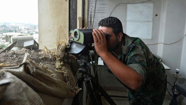Боец Сирийской Арабской Армии  на наблюдательном посту перед районом Джобар, захваченный боевиками