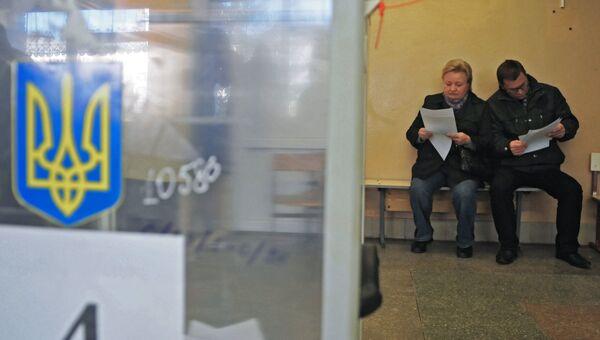 Местные жители на избирательном участке. Архивное фото