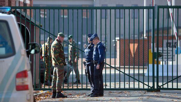 Полиция возле армейских казарм под Намюром, Бельгия