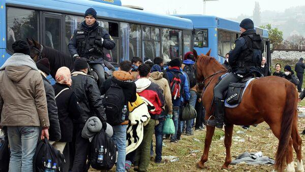 Словенские полицейские и мигранты на хорватско-словенской границе. Архивное фото