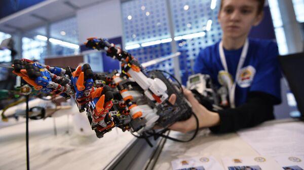 Демонстрация прототипа экзоскелета руки человека, созданного с использованием конструктора лего, на шоу технологий Открытые инновации в 75-м павильоне ВДНХ