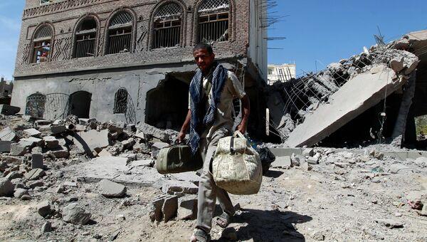 Последствия авиаудара по столице Йемена Сане. Архивное фото