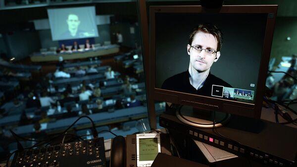 Эдвард Сноуден на экране монитора. Архивное фото