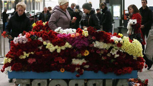 Местные жители возлагают цветы у входа в Аэропорт Пулково в память о жертвах авиакатастрофы российского авиалайнера в Египте. Архивное фото