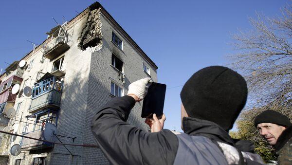 Поврежденное здание, недалеко от места взрыва на военном складе в Сватово