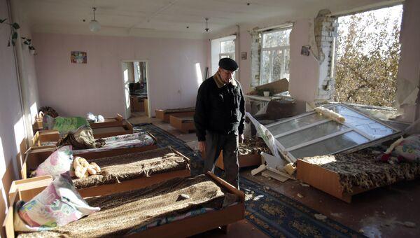 Школа, разрушенная в результате взрывов на складе боеприпасов в Сватово, Украина