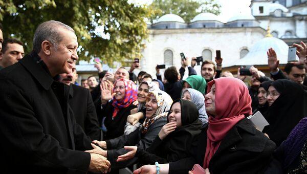 Президент Турции Реджеп Тайип Эрдоган, обращается к сторонникам после утренней молитвы в мечети Султана Эйюпа в Стамбуле, Турция