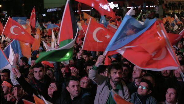 Сторонники премьер-министра Турции Ахмета Давутоглу возле штаб-квартиры правящей партии справедливости и развития