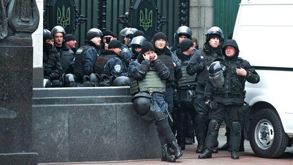 Сотрудники правоохранительных органов во время митинга сторонников партии Укроп в поддержку лидера партии Геннадия Корбана у здания СИЗО службы безопасности Украины