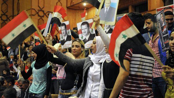 Сирийские школьники с флагами Сирии, России и российских Воздушно-космических сил. Архивное фото