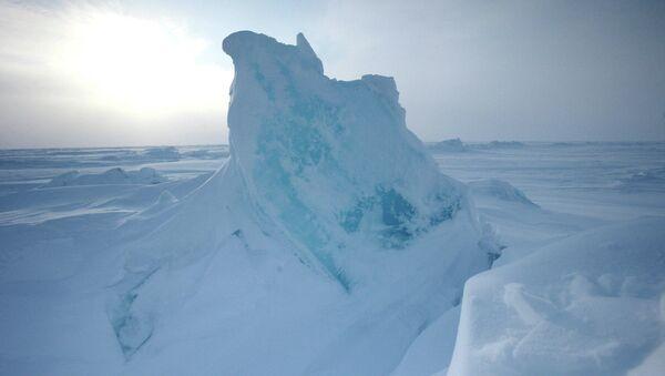 Ледяные торосы около дрейфующей станции Северный полюс-2015. Архивное фото