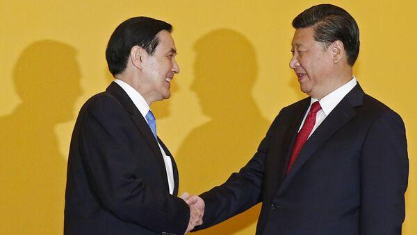 Лидеры Китая и Тайваня во время встречи 7 ноября 2015 года