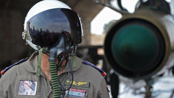 Сирийский летчик на авиабазе Хама в пригороде города Хама сирийской провинции Хама