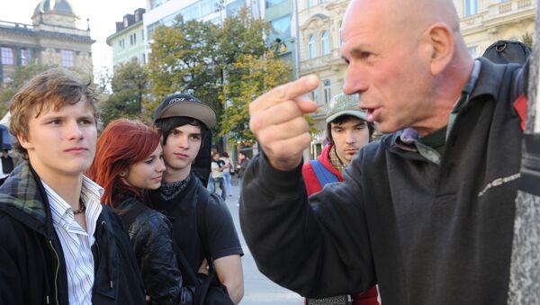 Люди на Староместской площади в Праге