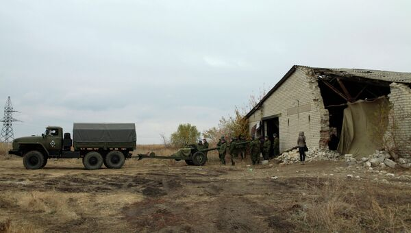 Военная техника, отведенная от линии соприкосновения в Донецкой области. Архивное фото