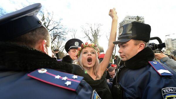 Активистка Femen около Верховной Рады, Украина