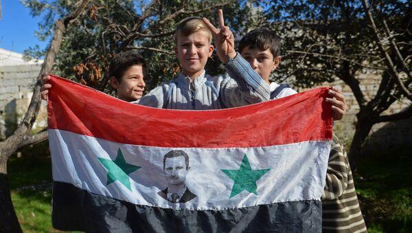 Дети в освобожденном селе в пригороде сирийского города Алеппо