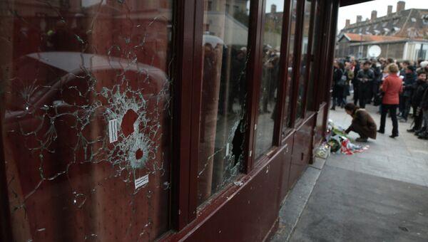 Поврежденные стекла в витрине ресторана Le Carillon в Париже, где произошел один из серии терактов. Архивное фото