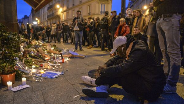Парижане около ресторана Le Carillon в Париже, где произошел один из серии терактов