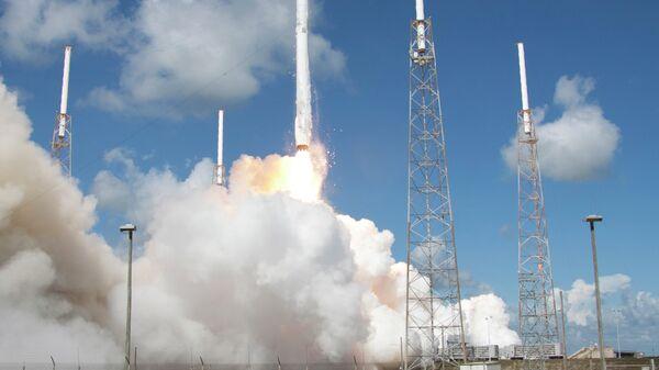 Запуск ракеты SpaceX Falcon 9 со спутником Dragon с мыса Канаверал, США