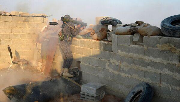 Солдат Сирийской арабской армии (САА) на боевой позиции в ходе спецоперации САА. Архивное фото