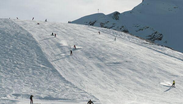Туристы на трассе горнолыжного курорта. Архивное фото