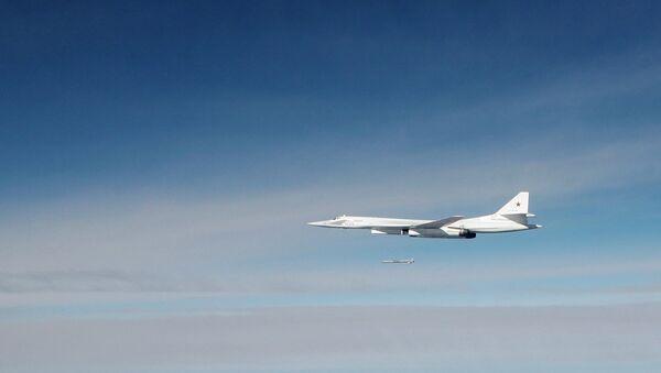 Стратегический бомбардировщик ТУ-160 выпускает ракету