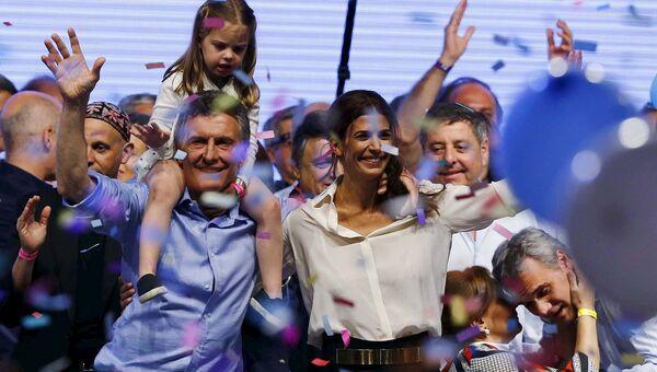 Аргентинский политический деятель Маурисио Макри с супругой и дочерью после президентских выборов в Буэнос-Айресе, Аргентина