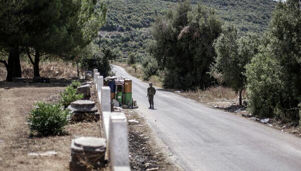 Солдат правительственных войск охраняет дорогу. Архивное фото