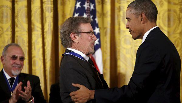 Барак Обама вручает премию высшую гражданскую награду США Стивену Спилбергу