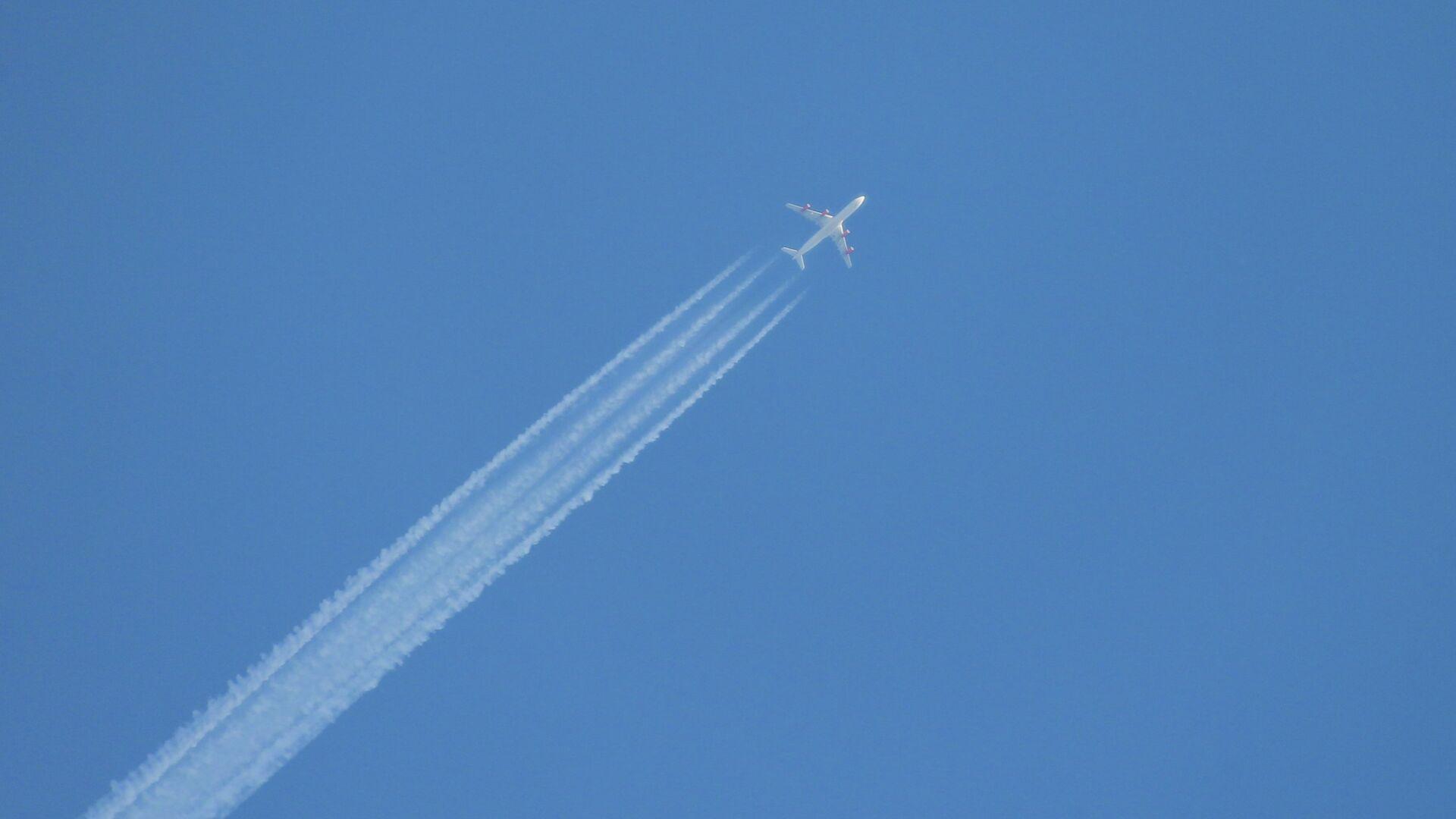 Самолет в небе0