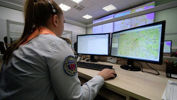 Диспетчер по обработке вызовов экстренных оперативных служб по единому номеру 112. Архивное фото
