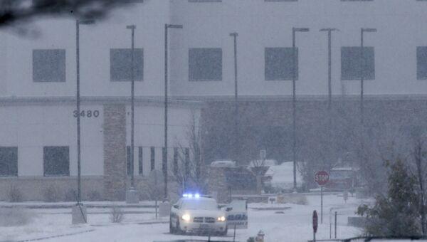 Полиция возле здания центра планирования семьи в Колорадо, где неизвестный открыл огонь