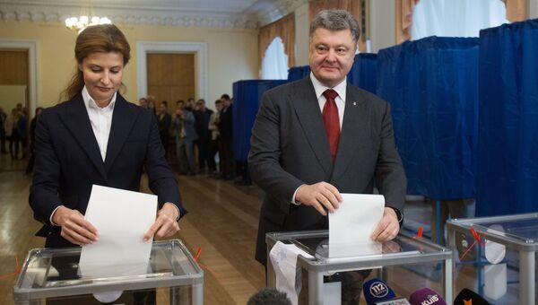 Президент Украины Петр Порошенко с супругой Мариной на одном из избирательных участков в Киеве