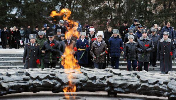 Возложение цветов к мемориалу вечный огонь в Челябинске во время Всероссийской акции День Неизвестного солдата