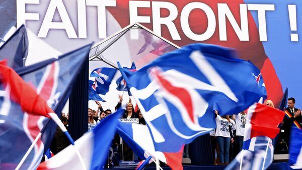 Лидер французской крайне правой партии Национальный Фронт Марин Ле Пен (в центре). Архивное фото