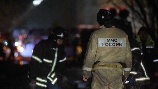 Сотрудники пожарной службы МЧС России тушат пожар на территории Тушинского машиностроительного завода в Москве