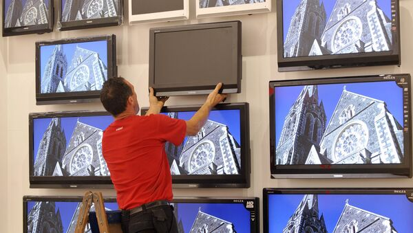 Установка телевизоров на стенде компании Toshiba. Архивное фото