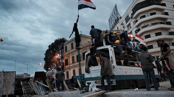 Сторонники оппозиции на баррикадах на площади Тахрир в Каире. Архивное фото